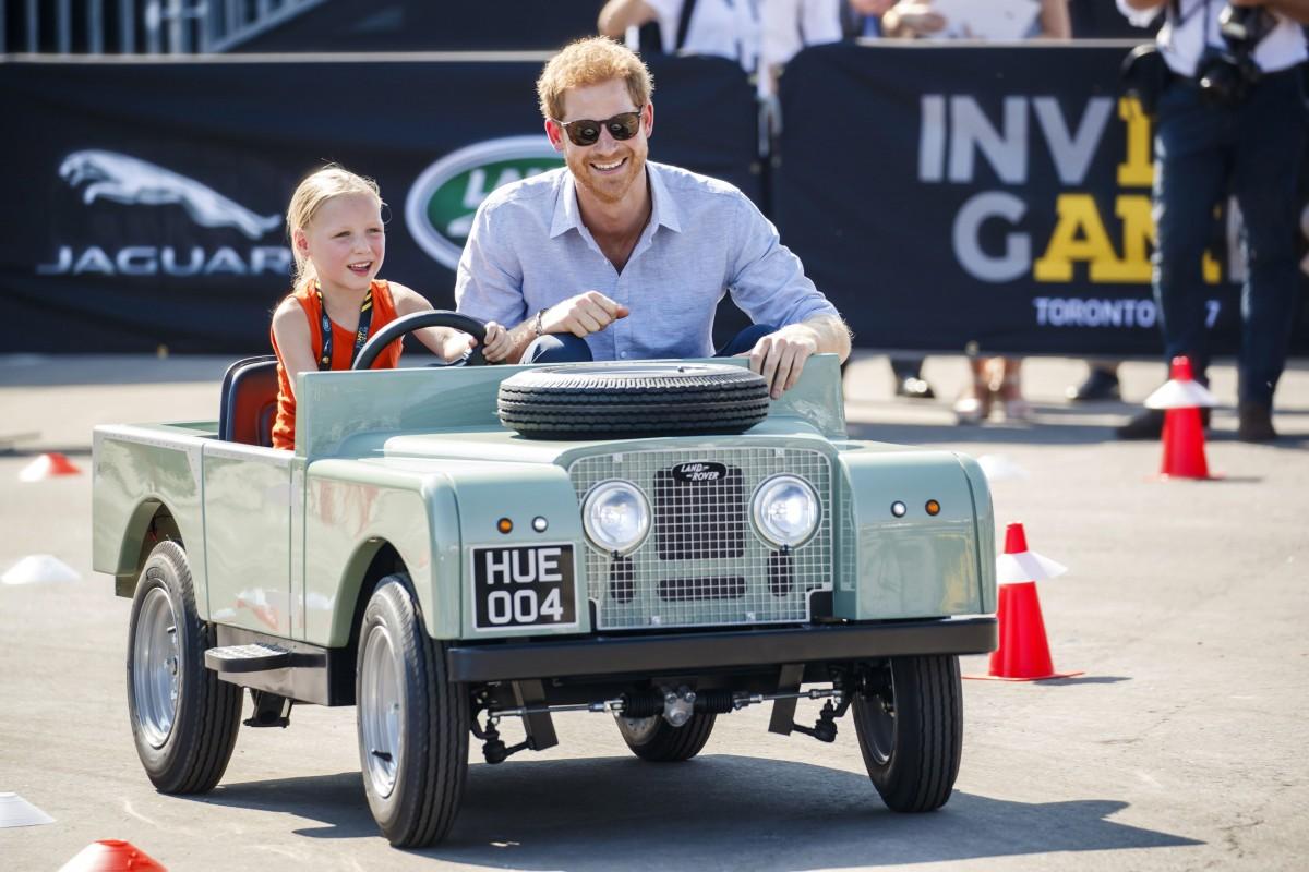 Príncipe Harry participa de premiação do Jaguar Land Rover Challenge