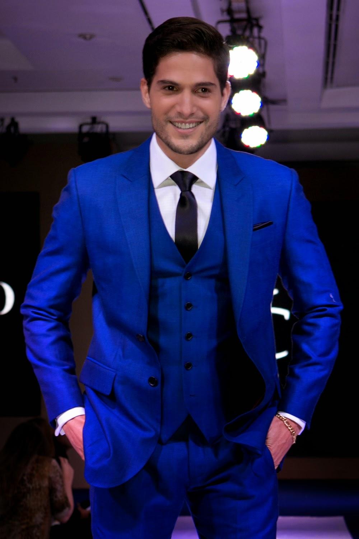 André Martinelli em um terno azul royal para alfaitaria Camargo.