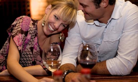 casal-divertindo-restaurante-555x330
