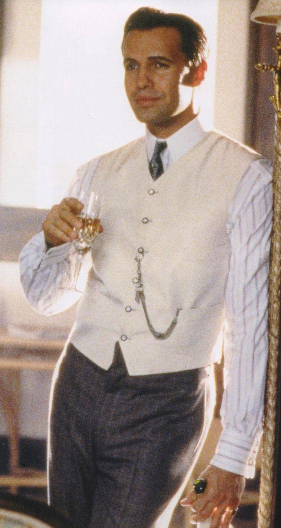 e4663235f Os smokings e ternos ajustados da época são perfeitamente observados no  filme. Aliás