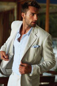 Sem gravata e moderno. Para casamentos pela manhã é uma ótima escolha ir sem a gravata.