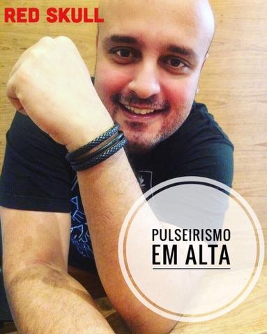 O coreografo da cantora Ludimila o Daniel ou DY, também usa as famosas pulseiras da redskull.