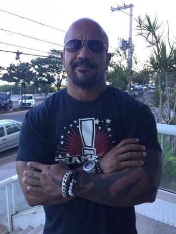 Jair Gomes figura sempre com as pulseiras e acessórios da redskull.