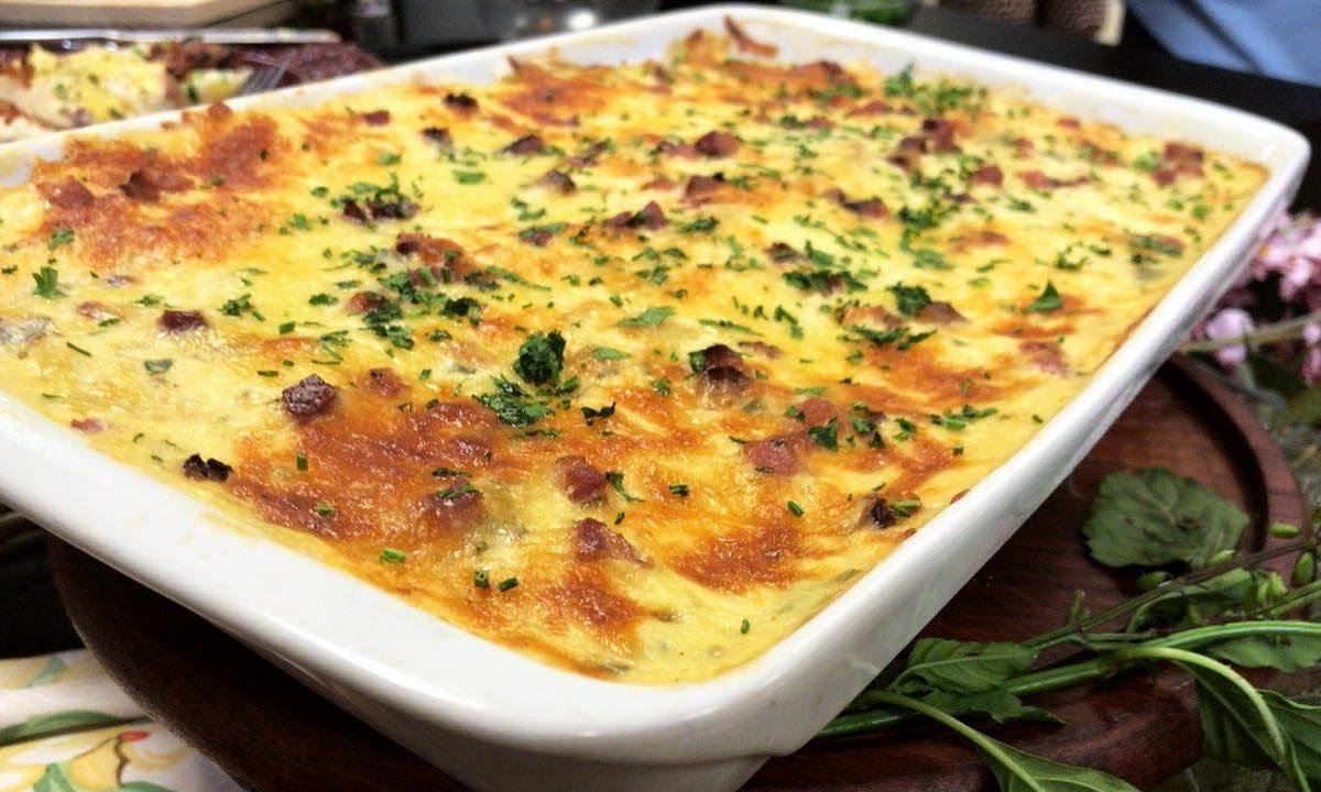 Lasanha de batata com queijo, presunto e bacon