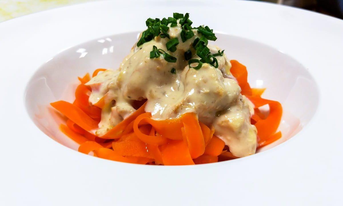 Talharim de cenoura com frango cremoso