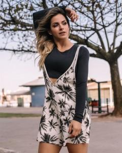 Todo charme de Fernanda Portella com look em clima de verão para a loja da empresária Roberta Mello-