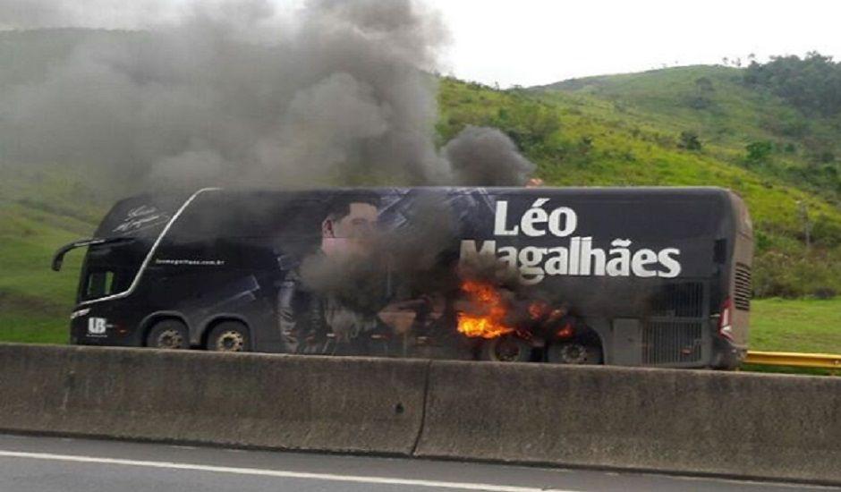 Ônibus de cantor sertanejo pega fogo