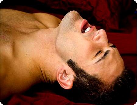 Homem tendo orgasmo