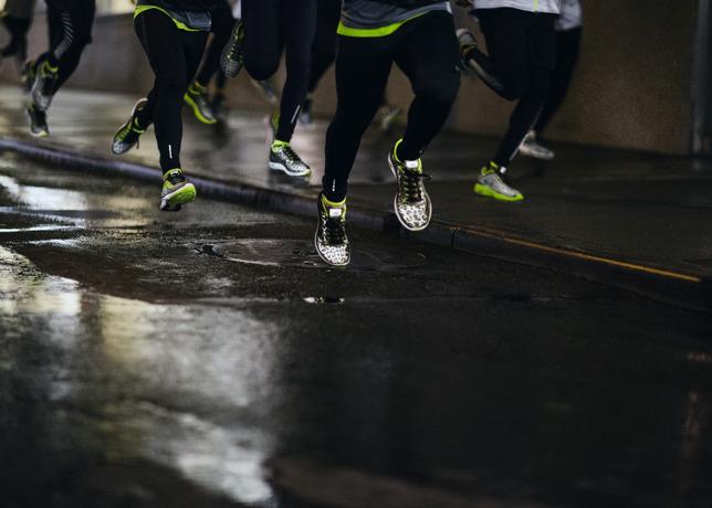 1cfbcb7da Cada pingo d água é um flash  tênis animal print que reflete na luz é  tendência para você correr seco no verão - Corrida de Rua