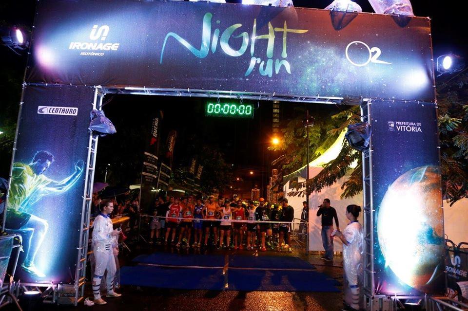 A chuva e a baixa temperatura não espantaram a disposição dos atletas na Night Run Vitória. Foto: O2 Corre Brasil