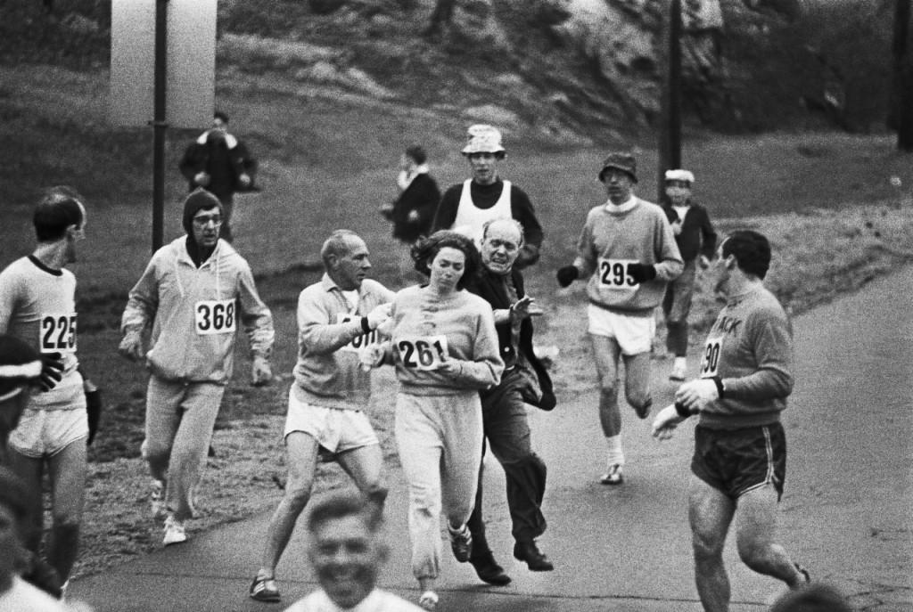 Kathrine Switzer, a primeira mulher a correr a Maratona de Boston, em 1967, mesmo após tentar ser impedida pelos organizadores. Foto: Reprodução