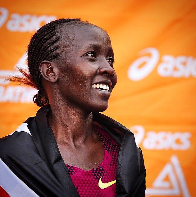 5b4be26304f Quenianos vencem provas masculina e feminina da Maratona de Los ...