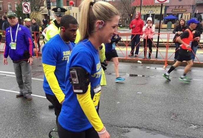 Rebekah ao lado de seu treinador Artis Thompson, que também é amputado abaixo do joelho. Foto: Reprodução