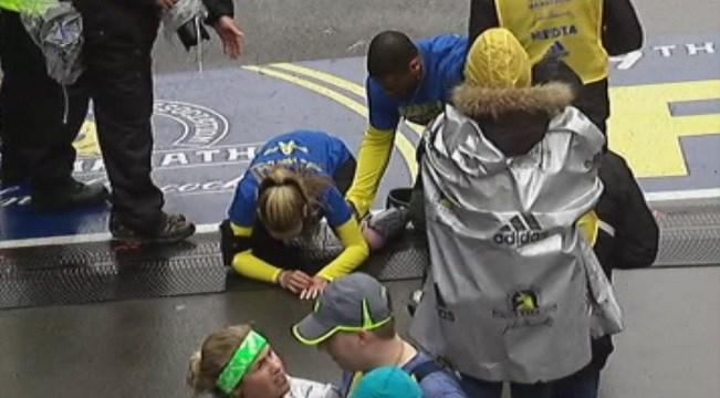 Muito emocionada, Rebekah Gregory ajoelha-se diante da linha de chegada. Foto: Reprodução