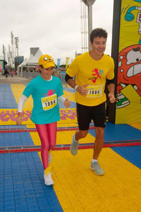 Apresentador Rodrigo Faro correndo ao lado das filhas