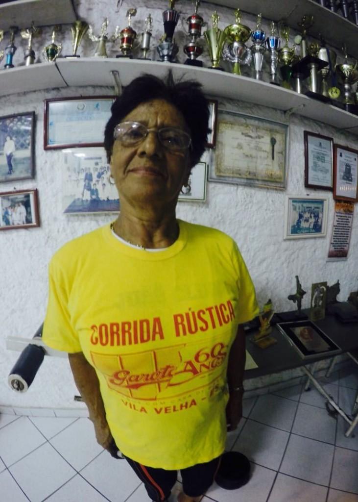 """A corredora exibe cheia de orgulho a camisa histórica da 1ª edição com o slogan """"60 anos com cara de Garoto"""""""
