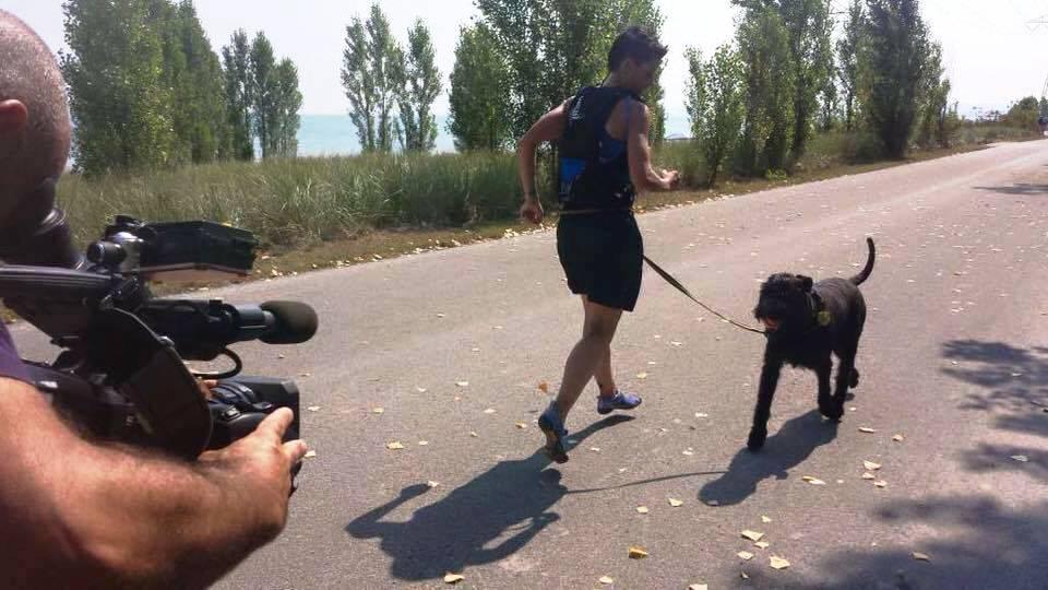 Mulher vai correr maratona de costas para bater recorde do Guinness Book