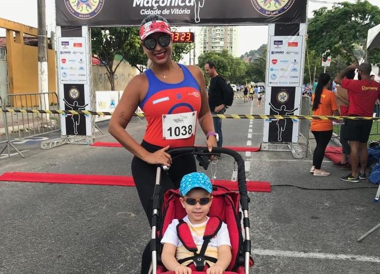 Dia das Mães: professora supera obstáculos, atinge metas e ainda corre com o caçula