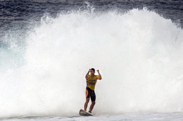 O paulista de Maresias nem esperou a final da última etapa do circuito para comemorar o título mais importante do surf mundial