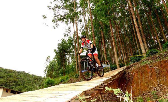 """""""O Mountain Bike é um esporte para aqueles que adoram desafios e admiram a natureza. Muitas mulheres estão ingressando no mundo do MTB em busca de qualidade de vida, para superar desafios e adquirir condicionamento físico e fazer novas amizades."""" (Foto: Divulgação)"""