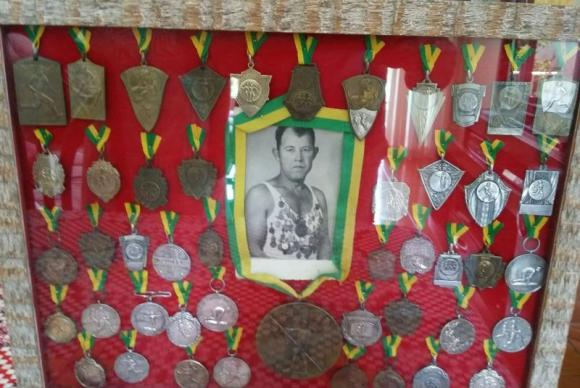 As medalhas do 'Homem de Ferro' guardadas pelos herdeiros do herói. (Foto: Reprodução Internet)