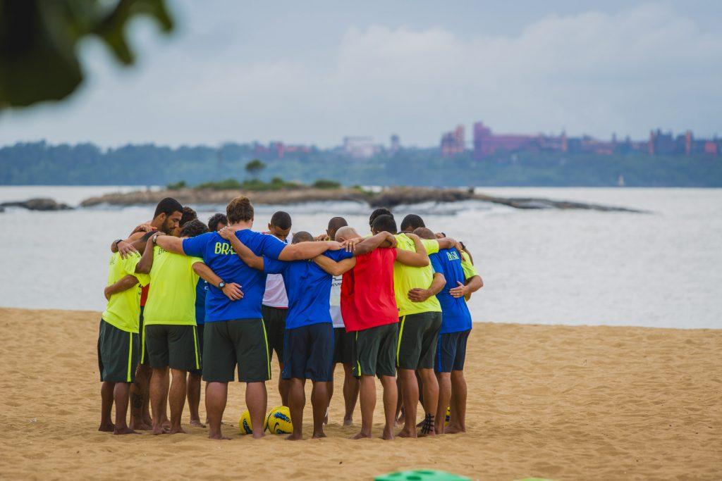 Seleção brasileira treinando na Praia de Camburi (Foto: Diego Alves)