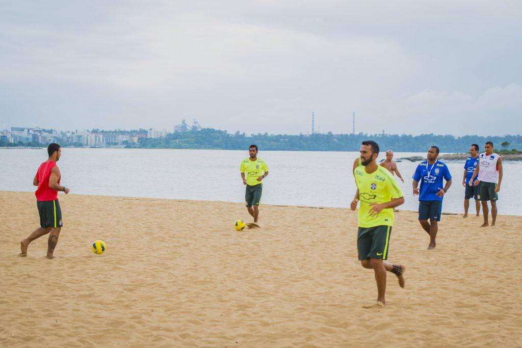Seleção brasileira de futebol de areia treinou hoje cedo em Camburi. (Foto: Diego Alves)