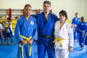 Marcos Alexandre e Sarah Lissa, acompanhados do professor Marcus Vinícius. (Foto: Diego Alves)