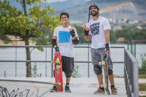 Renan Emery e Ramon Rox fazem suas manobras na pista de skate do Tancredão. (Foto: Diego Alves)