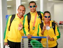 Daniel, Martins (guia da Renata) e Renata, na chega ao aeroporto. (Foto: Wilbert Suave)