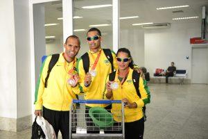 Daniel Mendes, Fernando Martins (guia da Renata) e Renata Bazone com as medalhas conquistadas no Parapan de Toronto