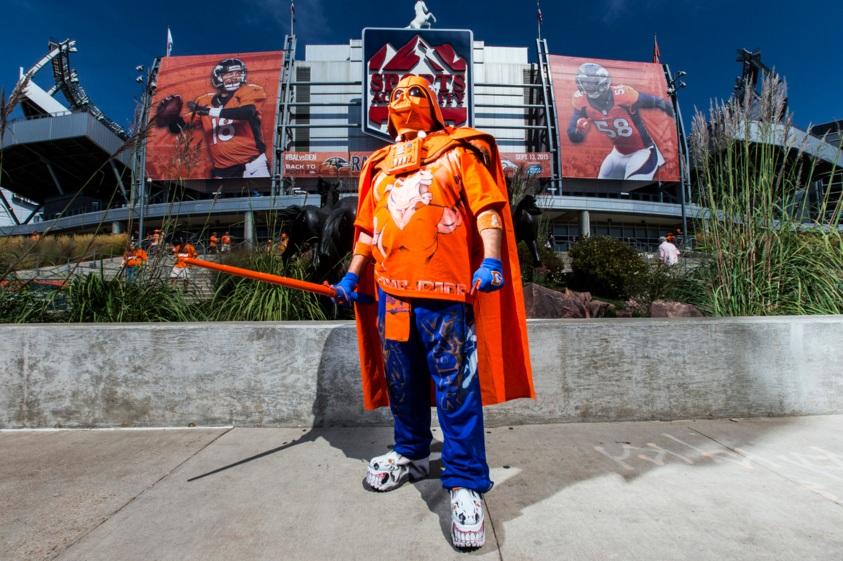 Torcedor do Denver Broncos encarando o Darth Vader