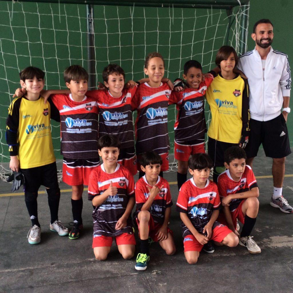 Equipe sub-10 do Centro de Formação de Talentos Superação, finalista do IV Campeonato Serrano de Escolas de Futsal.