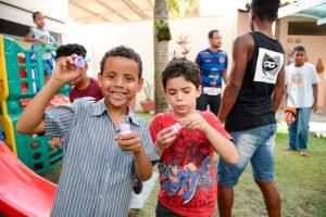 Rafael e José Roberto aprovaram a brincadeira de bolinha de sabão.