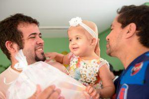 A pequena Beatriz distribuía sorrisos e beijos para todo mundo.