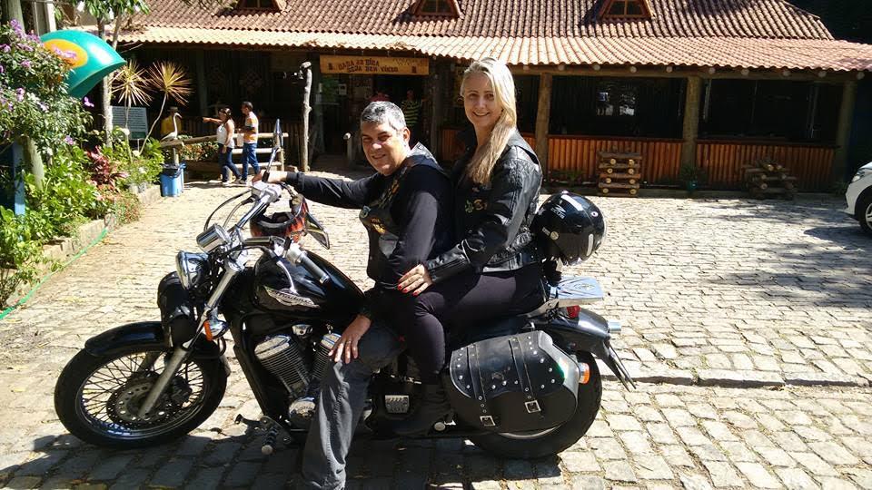 Alexandre e a esposa Lea em outra atividade que adoram: viajar de moto.