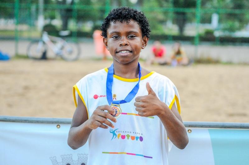 Maik exibe com orgulho a medalha de ouro conquistada na categoria sub 12. (Foto: Léo Silveira)