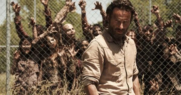 The Walking Dead é uma das séries mais assistidas do mundo e  é centrada em Rick Grimes (Andrew Lincoln) , um oficial de polícia de uma cidade no estado da Geórgia/EUA.Também acompanha a trajetória de sua família e uma série de outros sobreviventes que se uniram para manterem-se vivos depois que o mundo foi infestado por zumbis.