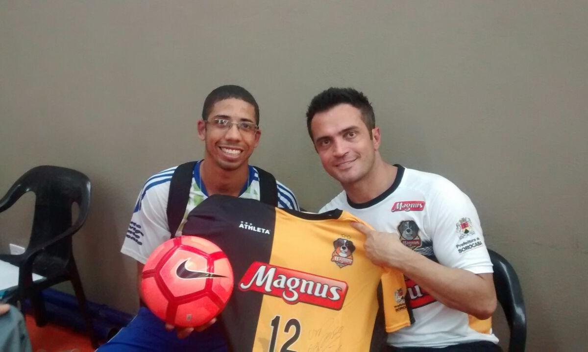 Técnico do Caratoíra Escolinha de Futebol (CEF) faz estágio internacional  com time do craque do Falcão