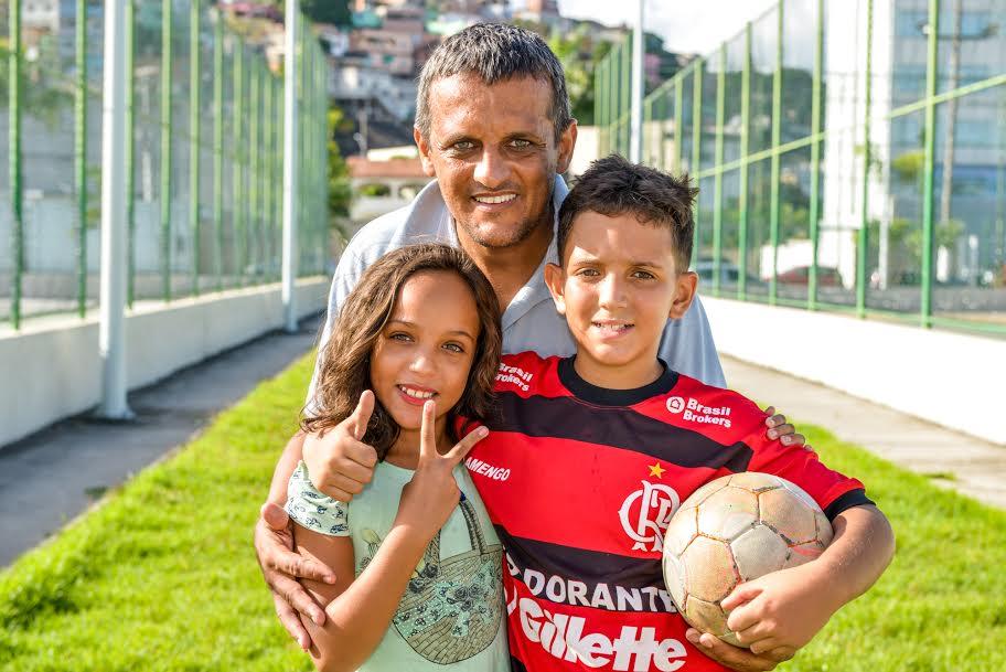 Davi com o pai e a irmã; (Foto: André Sobral)