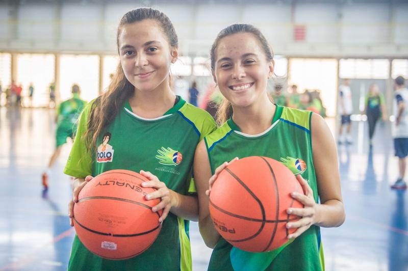 Gêmeas Luiza e Lívia estão há três meses participando das atividades do projeto Ídolo Social.