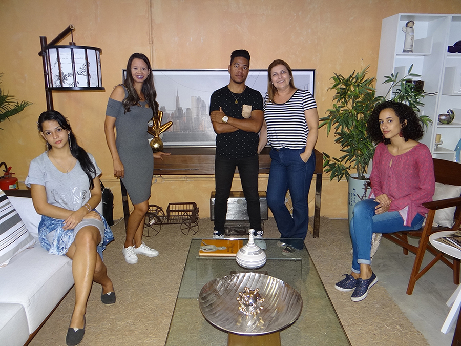 Arquiteta Carminha Ribeiro com os alunos da FAESA