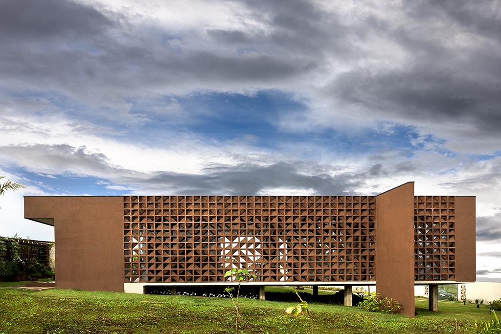 Fachada cobogó – iluminação natural e muito bom gosto em projeto residencial