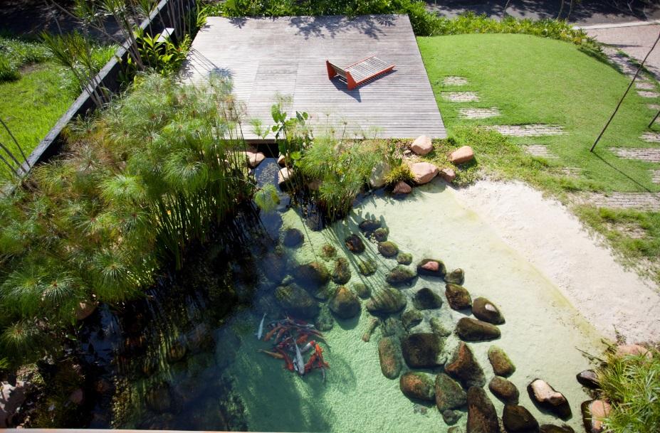 Piscinas biológicas e lagos para nado têm cada vez mais destaque em projetos residenciais