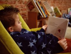 Crianças que estão aprendendo a ler