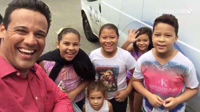 Crianças se reúnem na Praça do Povo e pedem doações para o ES Solidário. Assista!