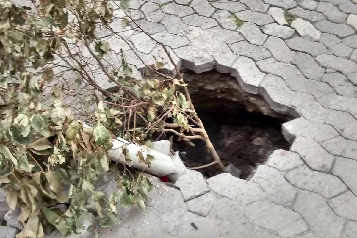 Buraco no meio da rua gera reclamações de moradores