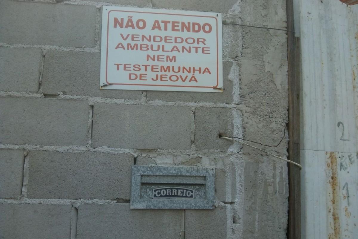 Placa curiosa chama a atenção de moradores do bairro Balneário de Carapebus, na Serra
