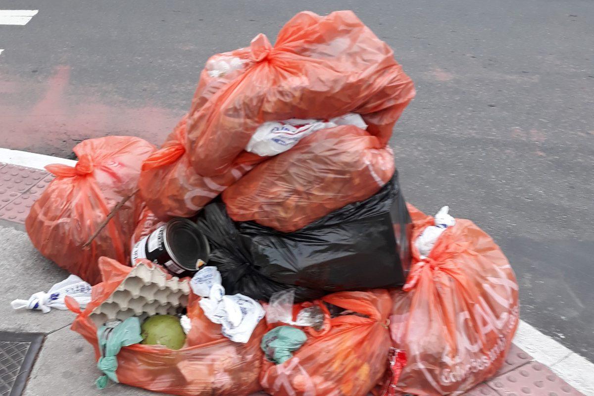Internauta conta descaso com a coleta de lixo no bairro Itapoã, em Vila Velha
