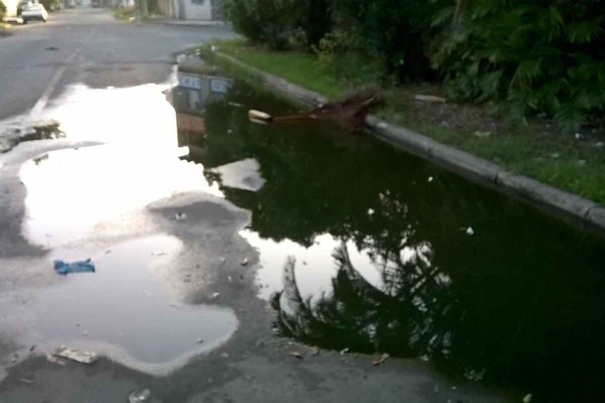 Esgoto escorre na Rua Cajamar e incomoda moradores de Jardim Marilândia, em Vila Velha